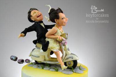Seitenansicht der Vespabraut und des Bräutigams - Das Brautpaar auf der Vespa - Auftragsarbeit für Hochzeitstorte