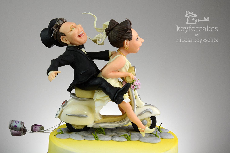 Vespabraut gibt Gas - Das Brautpaar auf der Vespa - Auftragsarbeit für Hochzeitstorte