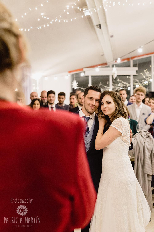Brautpaar lauscht einem emotiven Moment der Hochzeit-Rede