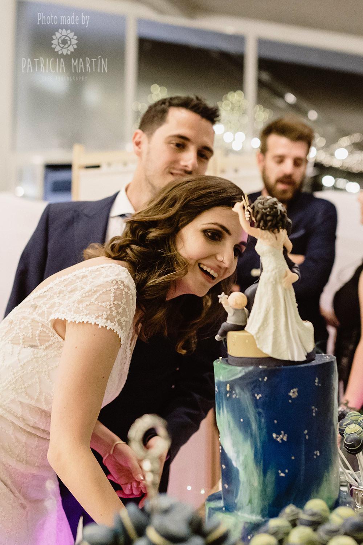 Das Brautpaar bewundert die Hochzeitstorte