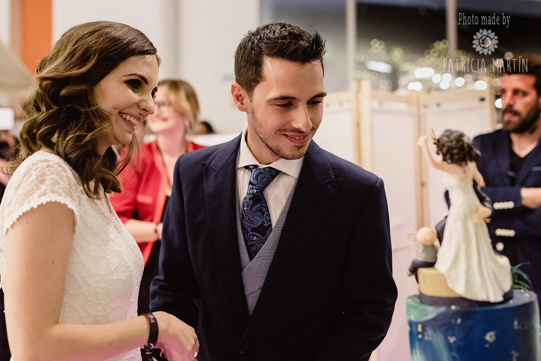 Das Brautpaar bewundert den Torten Topper