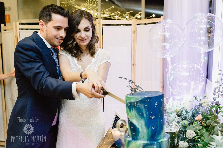 Das Brautpaar schneidet die Torte an