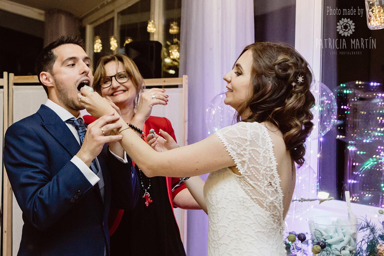 Der erste Happen der Hochzeitstorte